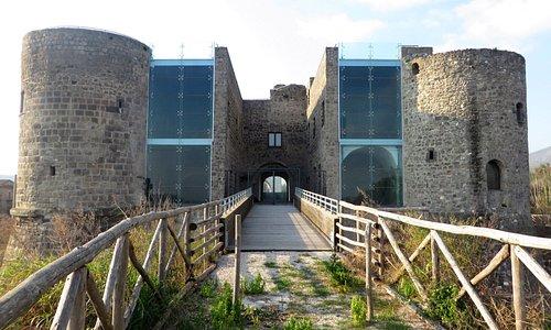 La passerella di accesso al castello (che al momento è chiuso)