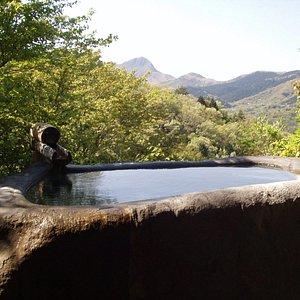 巨石をくりぬいた湯船には、強羅の透明な温泉が書け流して溢れています