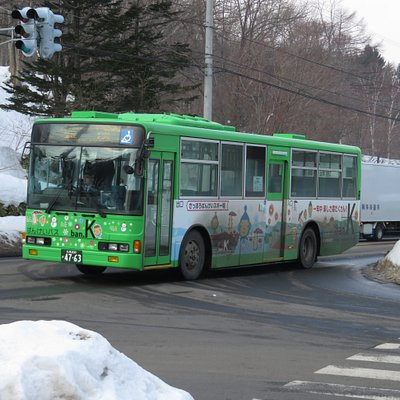 ばんけいスキー場前を通過する大型路線バス