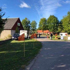 Ölands Örtagård välkomnar till Ölands Skördefest med flaggor längs med vägen. Här finns även flera utställare med mat, konst och annat.