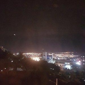 vista al occidente de la ciudad hacia Comayaguela al caer la noche y dejarse ver iluminada cada colina lejana que rodean el valle de esta ciudad