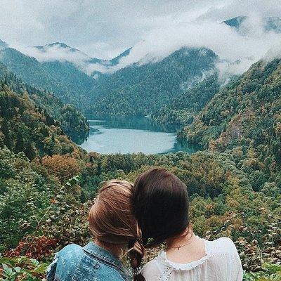 Озеро Рица осенью