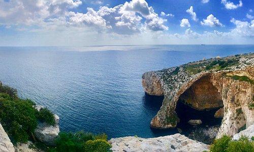 Meraviglioso scorcio della Blu Grotto a Malta. Spettacolare il paesaggio dal punto panoramico che visitarla via mare con le piccole imbarcazioni. Nella discesa a mare tanti locali dove prendere un drink o mangiare.