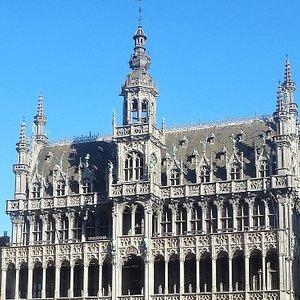 "Фасад ""Хлебного Дома"" или ""Дома Kороля"", Maison du Roi (King's House) или Broodhuis (Breadhouse), день, февраль."