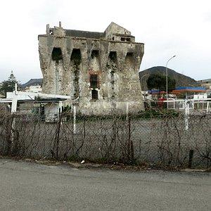 A questo lato della torre non ci si può avvicinare perchè all'interno di un'area recintata privata