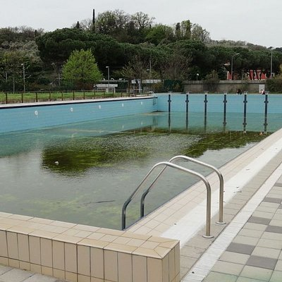 Le condizioni della piscina esterna, durante la gara dell'anno scorso: nessuna protezione, assenza di personale e bambini liberi di giocare attorno.