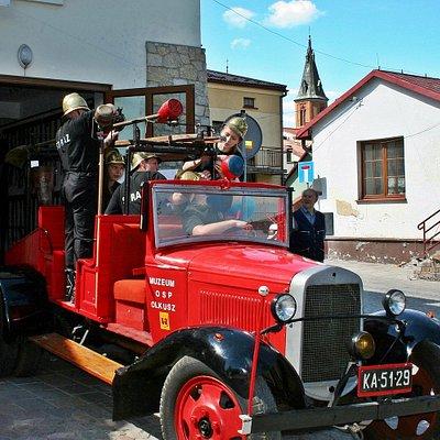 Zabytkowy samochód strażacki GAZ w zbiorach olkuskiego muzeum.