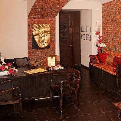 В салоне Royal Thai на Б.Конюшенной помимо традиционного тайского массажа и СПА-программ представлено направление аюрведических и балийских массажей. Подарите себе оздоровление, а также состояние полного и глубокого расслабления. Салон удобен как для индивидуального посещения, так и для посещения вдвоем, так как располагает специальными просторными комнатами, позволяющими проводить парные процедуры. Регулярное посещение массажных программ в салоне Royal Thai поможет Вам в создании гибкого и посл