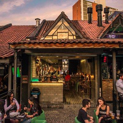 Primeiro bar com ênfase em gin e traz a proposta de boutique, mas voltado para a rua e está localizado no Shopping Hauer, em Curitiba.