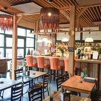 Ons knusse interieur met ruimte voor 8 tafeltjes en 7 plekken aan de bar