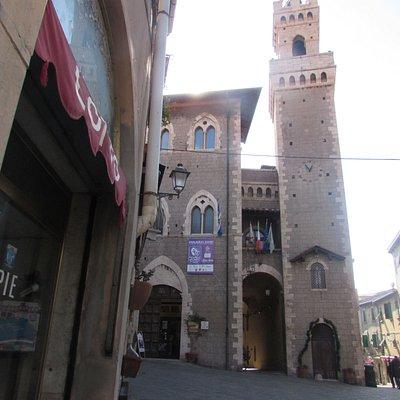 torre dell'orologio e palazzo comunale