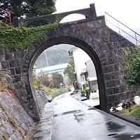 この橋の下を昔は電車が通っていたようです。古い民家と神社に囲まれていました。橋は急な階段で、神社の山に続いていました。
