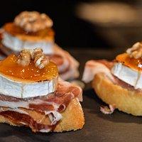 montaditos de jamon queso de cabra mermelada casera de naranja y nueces