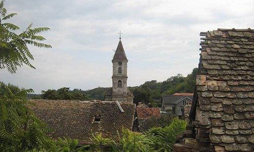 Impressie van het schilderachtige dorpje Sarengrad, gelegen op een eilandje in de Donau.