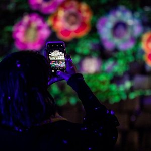 幻想的な音や光と、大阪城の自然が融合した、ナイトウォーク体験。インタラクティブなデジタル・アートが、あなたを物語の世界に引き込みます。未来からやってきた少女アキヨと、不思議なジョイスピリットたちと一緒に、夜の大阪城公園で、未来への帰り道をさがす冒険にでかけましょう。
