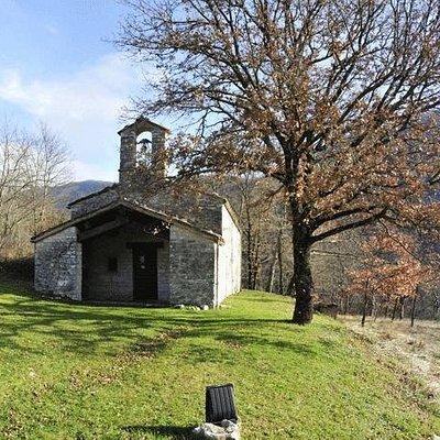Sembra che la chiesetta completamente affrescata facesse parte di un lebbrosario poi trasformato in cimitero