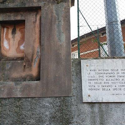 Luogo dove si trovava il tabernacolo e targa con il testo manzoniano