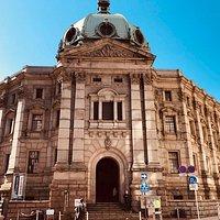 旧横浜正金銀行の重厚な建物です。馬車道側です