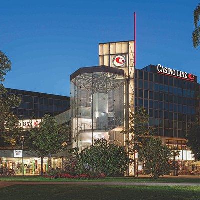 Casinos Austria eröffnete am 12. März 1982 in Linz seinen zehnten Spielbetrieb. Das Casino Linz präsentiert sich nicht nur als Ort des gehobenen Spieles, sondern wurde durch sein schönes Ambiente auch beliebter Treffpunkt für einen unterhaltsamen Abend.