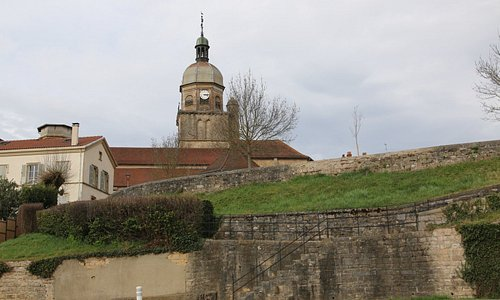 Pour les fortifications, en fait il n'y a aucun panneau explicatif et c'est au touriste de les découvrir et recherchant les fortifications sur le plan,
