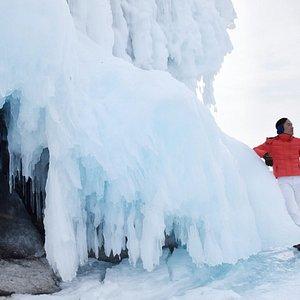 สัตว์ทุกชนิดที่อยู่ในทะเลสาบไบคาลแห่งนี้เปรียบเสมือนเพชรแห่งระบบนิเวศทางน้ำที่บางชนิดเริ่มใกล้ศูนย์พันธุ์ซึ่งเกิดจากสิ่งแวดล้อมอันเป็นพิษที่เกิดจากน้ำมือมนุษย์ครับ การละลายตัวเร็วขึ้นของน้ำแข็งจากสภาวะโลกร้อน จะเป็นสิ่งกำหนดในอนาคตว่า บุคคลรุ่นหลังๆ จะได้มีโอกาสเดินทางมาชื่นชมความงดงามของถ้ำน้ำแข็งได้อีกนานแค่ไหนครับ เป็นความงามที่ธรรมชาติมอบให้ในระยะเวลาอันสั้น ชื่นชมได้แต่ ไม่สามารถครอบครองได้ครับ