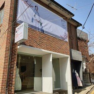 한국 전통 분위기에 운치있는 곳에 위치합니다.