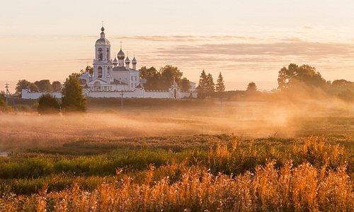 Село Погост Крест,  мужской монастырь Животворящего Креста Господня на рассвете