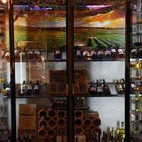 ¿Escoges el vino? ¿Te recomendamos un buen maridaje? Pide por copas. Blanco y Tinto. Ven a disfrutar, te abrimos la botella que desees.