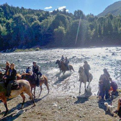 Cruzando el rio azul despues la cabalgata