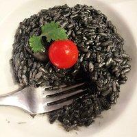 Risotto à l'encre de seiche, poulpe et champignons de Paris
