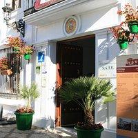 Entrada a la Oficina de Turismo de Estepona, situada en la Casa de las Tejerinas (Plaza de Las Flores).