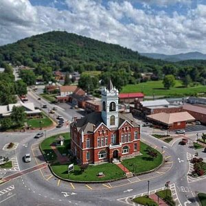 Spend time in our quaint downtown dining and shopping district.  Located in the center of it all is the historic Union County Courthouse and Museum which offers visitors the opportunity to learn more about the county's history.
