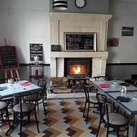 Restaurant le Commerce On y mange bien On y revient nous sommes en face de la Sainte Chapelle Saint Louis à Champigny sur vende