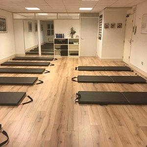 De groepsleszaal met de comfortabele High mats met strap & pole. Ruimschoots plek rondom de mat voor veel bewegingsvrijheid voor de deelnemers.