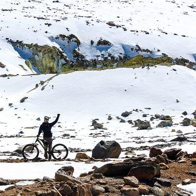 sobre el cinturón volcánico andino, en una ex mina de azufre en las faldas del cerro toco, cercano a la comunidad de san pedro de Atacama, comienza la aventura mas extrema en el norte de chile. el bike tour mas alto del planeta, 35 km de puro flow en casi 3 horas de puro descenso.
