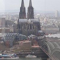 """Uitzicht vanaf de Panaramatoren over de binnenstad van Keulen. Op de voorgrond de """"slotjesbrug"""" en prominent in beeld de Dom van Keulen."""