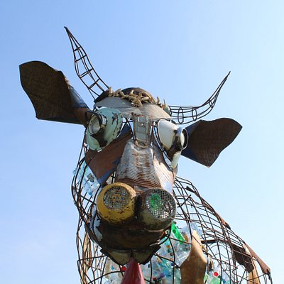 Корова из старого металлолома, наполена ненужным пластиком