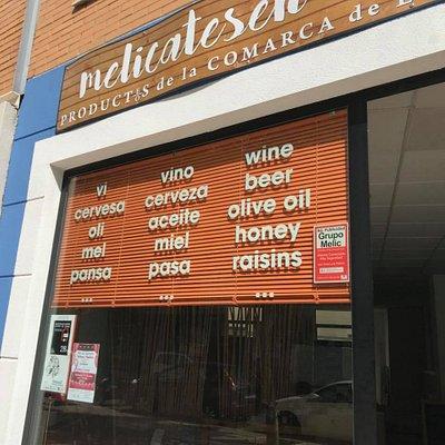 Esta es nuestra fachada, donde indicamos los principales productos que podéis encontrar en nuestra tienda. Todo productos de la comarca de La Marina (norte de la provincia de Alicante).