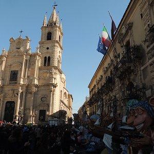 Palazzo Municipio e Chiesa S.Pietro e Paolo con maschere