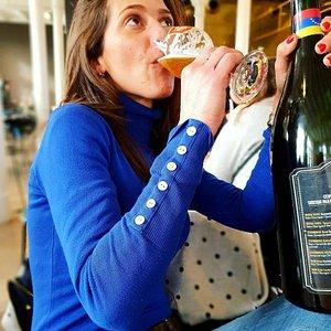 Aqui te dejamos un lugar en donde puedes tener una degustacion de cervezas 5 Cervezas por 10 euros. Buscanos paragua Azul en la gran plaza difruta nuestro tour y la historia de la cerveza para aprender cada dia mas. Te Esperamos
