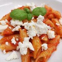 Penne in würziger Tomatensosse mit Fetatopping