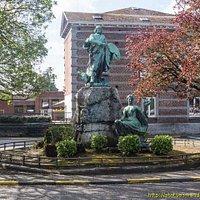 Ce monument est situé à Leffe près de l'Athenée et de l'église.