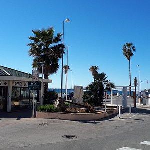 Situé à deux pas des plages du Soleil. Parking Indigo (1heure gratuite).