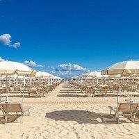 La spiaggia con gli ombrelloni