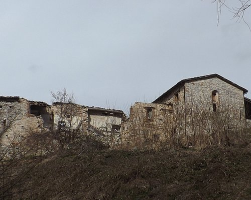 Ex Abbazia di Roti vista dalla strada in basso.