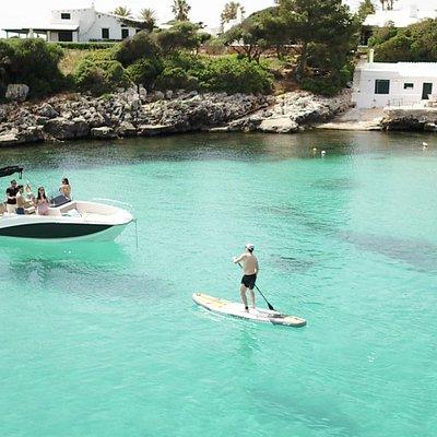 Disfruta con una de nuestras embarcaciones de las aguas cristalinas de Menorca.