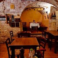 un locale caratteristico, che ricorda l'ambiente medievale.