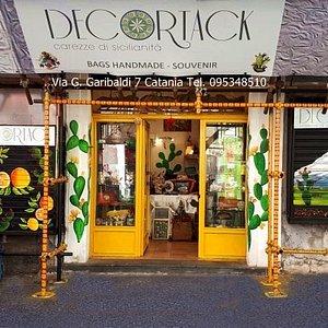 Creazioni artistico artigianali made in Sicily: esterno del negozio Decortack di Via G. Garibaldi 7 Catania Tel 095348510