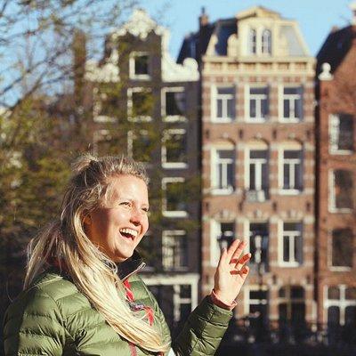 Unsere Iris führt euch durch die wunderschöne Innenstadt Amsterdams, beantwortet aber auch alle eure Emails, die bei uns reinflattern. Schreibt uns gern!