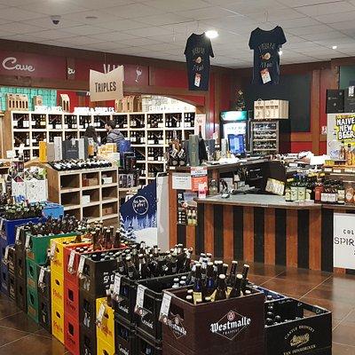 La magasin est petit, mais quel choix de bières du monde entier, surtout des spéciales !!